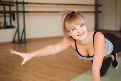 Фитнес, спорт, работая образ жизни - счастливую женскую одежду в bodysuits делая тренировки на спортзале стоковое изображение rf
