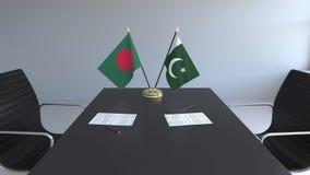 Флаги Бангладеша и Пакистана и бумаги на таблице Переговоры и подписание международного соглашения иллюстрация вектора