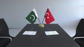 Флаги Пакистана и Турции и бумаги на таблице Переговоры и подписание международного соглашения Схематическое 3D бесплатная иллюстрация