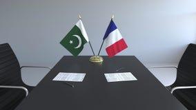 Флаги Пакистана и Франции и бумаги на таблице Переговоры и подписание международного соглашения Схематическое 3D бесплатная иллюстрация
