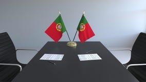 Флаги Португалии и бумаг на таблице Переговоры и подписание согласования схематический перевод 3d бесплатная иллюстрация