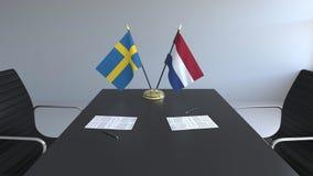Флаги Швеции и Нидерланд и бумаги на таблице Переговоры и подписание международного соглашения схематическо бесплатная иллюстрация