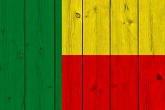 Флаг Бенина покрашенный на старой деревянной планке стоковое изображение