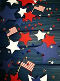 Флаг, звезды и серпентин 4-ого июля, счастливый День независимости, патриотизм, память ветеранов, концепция Дня независимости стоковая фотография