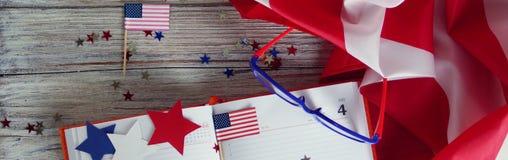 Флаг, звезды и серпентин 4-ого июля, счастливый День независимости, патриотизм, память ветеранов, концепция Дня независимости стоковые изображения rf