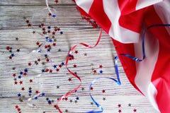 Флаг, звезды и серпентин 4-ого июля, счастливый День независимости, патриотизм, память ветеранов, концепция Дня независимости стоковое изображение rf