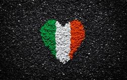 Флаг Ирландии, ирландский флаг, сердце на черной предпосылке, камни, гравий и гонт, текстурированные обои, день Валентайн стоковые изображения rf