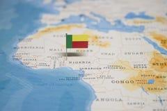 Флаг карты Бенина в мире стоковые изображения