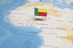 Флаг карты Бенина в мире стоковое изображение rf