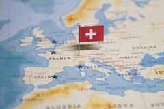 Флаг швейцарца в мире составляет карту стоковое изображение rf
