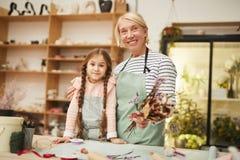Флорист представляя с маленькой девочкой стоковое изображение rf