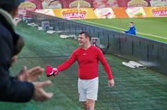Футболист бросает футболку в стойки стоковые изображения