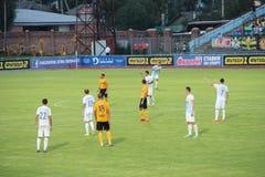 Футбольные команды Desna Chernihiv и Александрия играют футбольный матч стоковые фото