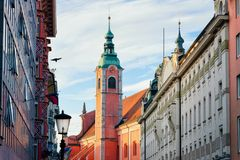 Францисканская церковь в городском центре Любляны старом стоковая фотография