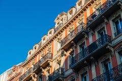 Французский жилой дом Haussmannian с ясным голубым небом стоковое фото