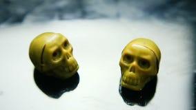 Фокус вне от 2 конфет шоколада в каркасной форме черепа сток-видео
