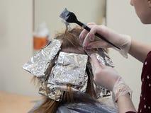 Фольга на волосах крася волосы стоковая фотография rf