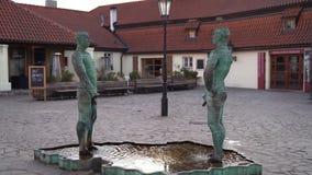 """Фонтан Дэвид Cerny """"Proudy """"статуй PRAGUEPissing взаимодействующий 02 23, 2019 в Праге, чехия видеоматериал"""