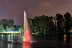 Фонтан общественного парка озера Lafarge в городе Coquitlam, большем Ванкувере, ДО РОЖДЕСТВА ХРИСТОВА, Канада стоковое изображение rf