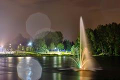 Фонтан общественного парка озера Lafarge в городе Coquitlam, большем Ванкувере, ДО РОЖДЕСТВА ХРИСТОВА, Канада стоковые изображения rf