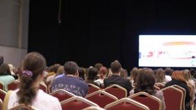Фотоснимок сделанный с 5Dm2 и объективом TS Люди слушают представление конференц-зал задний взгляд акции видеоматериалы