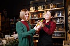 Фото 2 женщин с бутылкой вина в руке стоковые изображения