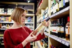Фото молодой женщины с бутылкой вина в руке стоковые фотографии rf