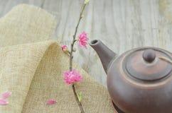Цветок и чайник персика на лунный Новый Год стоковое изображение rf