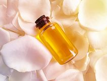 Цветок масла поднял бутылка изнеживая суть косметик, благоухание, свежую предпосылку стоковая фотография rf
