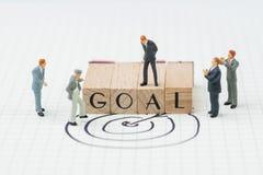 Цель бизнеса, KPI или цель компании миниатюрным положением руководителя бизнесмена на деревянной печати с алфавитом строя слово Ц стоковая фотография rf