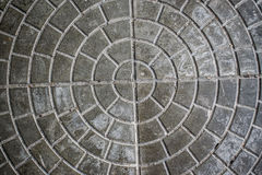 Цементная плитка с круглым узором. Circles pattern on a gray cement tile Royalty Free Stock Photo