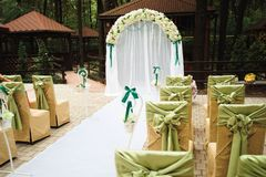 церемония outdoors wedding Украшение свадебной церемонии, красивое оформление свадьбы, цветки стоковое фото