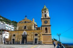 Церковь San Gennaro с башней и округленная крыша в Vettica Maggiore Praiano, Италии стоковые фотографии rf