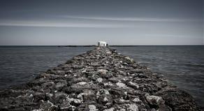 Церковь St Nicholas на конце мощеной дорожки в Georgioupolis, Крите, Греции стоковое изображение rf