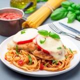 Цыпленок caprese с сыром томата и моццареллы, который служат с linguine, соусом для пасты томата и базиликом, квадратом стоковая фотография