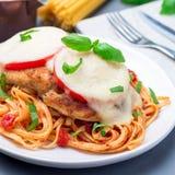 Цыпленок caprese с сыром томата и моццареллы, который служат с linguine, соусом для пасты томата и базиликом, квадратным форматом стоковые фотографии rf