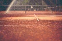 Часть теннисного корта глины и сети стоковая фотография