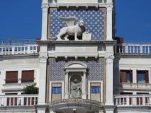 Часы зодиака Башня с часами с, который подогнали львом и 2 причаливает поражать колокол - предыдущий ренессанс 1497 строя в обнар стоковое фото rf