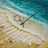 Часы со шкалой и раковинами моря стоковое фото