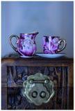 Чашка и кувшин чая на коробке с защелкой золота стоковые изображения rf