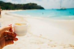 Чашка кофе в руке девушки стоковое изображение