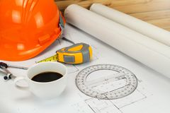 Чашка кофе со шлемом и etc на светокопии, архитектурноакустическая концепция стоковое изображение rf