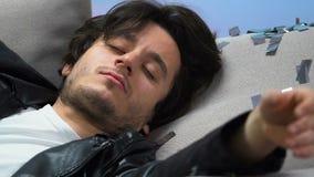 Человек алкоголя пристрастившийся спать на софе после домашней партии, расточительствуя жизнь, похмелье акции видеоматериалы