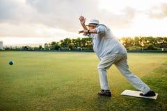 Человек играя boules в спортивной площадке стоковые изображения rf