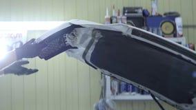 Человек или автоматический механик закрывают клобук автомобиля Обслуживание корабля и концепция обслуживания видео 4K UHD, крытое видеоматериал
