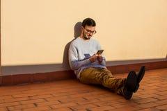 Человек используя мобильный телефон на крыше Говорить в балконе стоковое фото rf