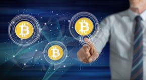 Человек касаясь концепции валюты bitcoin стоковое изображение rf