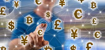Человек касаясь концепции сети валюты стоковое фото