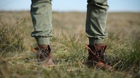 Человек низкого угла конца-вверх непознаваемый в стильных винтажных прогулках ботинок в рамку стоит и идет перемещение карты dubl видеоматериал