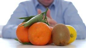 Человек представляя свежие и сладкие тропические плоды делая неусидчивые жесты рукой сток-видео